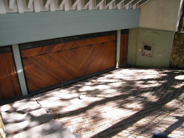 Excelente casa residencial ou comercial no bairro Boa Vista, próximo a Av. Plínio Brasil Milano. São 600m de área privativa, 2 pavimentos. Amplo hall de entrada, lavabo, living, copa cozinha, 5 suítes, dependência empregada completa, salão de festas com cozinha e churrasqueira, garagem para 4 carros.