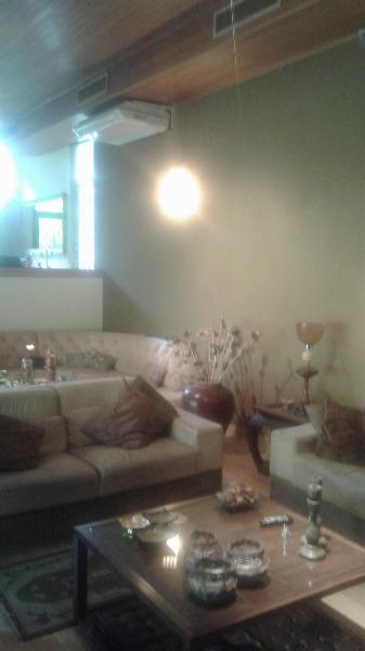 Casa residencial semi mobiliada no bairro Três Figueiras, próximo ao Instituto Ling. Com 4 dormitórios sendo 2 suítes e 5 vagas de garagem. Living amplo para 4 ambientes, lavabo, lareira, suítes com closet e hidromassagem, cozinha, dependência empregada, despensa, churrasqueira, piscina e quintal.