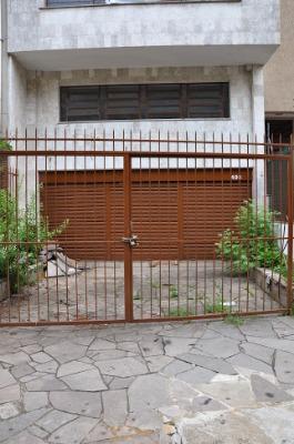 Prédio no bairro Rio Branco, próximo a Avenida Goether e Parcão. Com 03 pavimentos, dendo 03 de aproximadamente 130m² cada, cobertura com terraço, piscina, churrasqueira e banheiro.